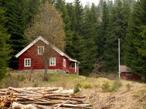DNT-hytta på Svarvestolen ligger i skogkanten med vidt utsyn