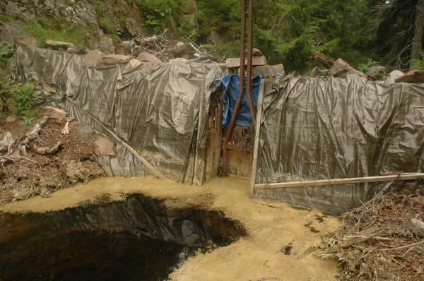 Dammen ved Bumla med presenningreparasjonen fra 2004