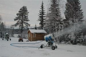 Maskinhuset for kunstsnøanlegget ligger rett ved Garsjø, som gir vann til anlegget.   På maskinhuset er også webkameraet og værstasjonen plassert.
