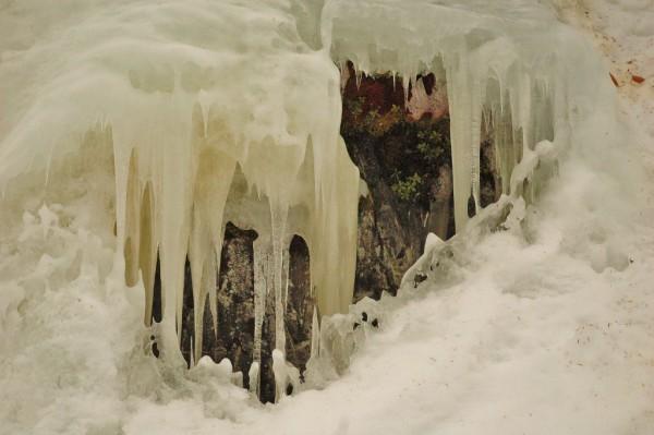 Isen henger i berga på bratte Gampåsen
