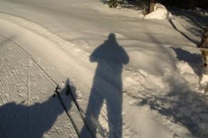 Våre egne skygger og ei rundkjøring for skiløpere var det som var å se på Dypingkollen.
