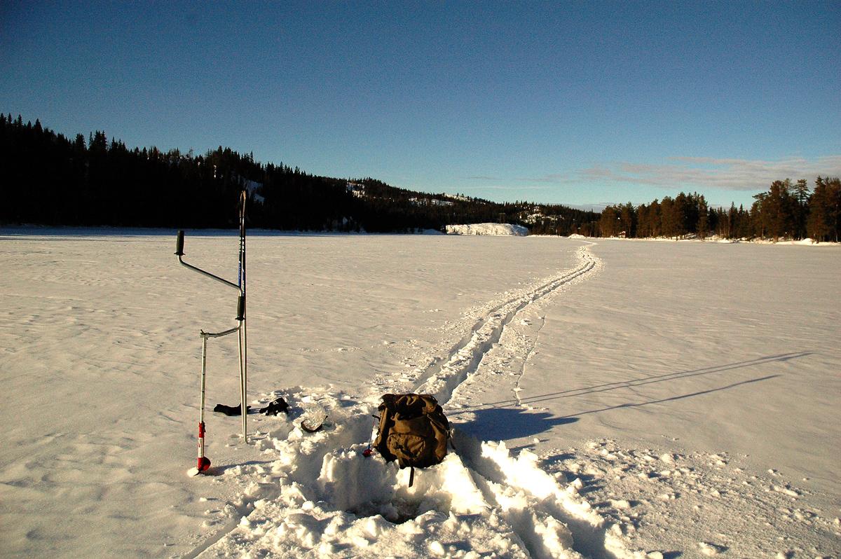 Isen på Lelangen var i dag 15 cm,lett å bore hull for isfiske, fortsatt trygg p gå på.